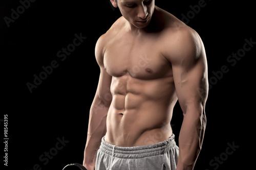 Fotografía  Muscular torso masculino sobre un fondo negro