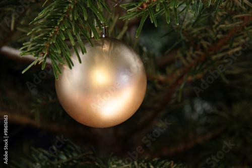 Kugel Für Tannenbaum.Goldene Kugel Am Tannenbaum Kaufen Sie Dieses Foto Und Finden Sie
