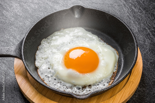 Cadres-photo bureau Ouf 鉄フライパンと目玉焼き Iron fry pan and fried egg