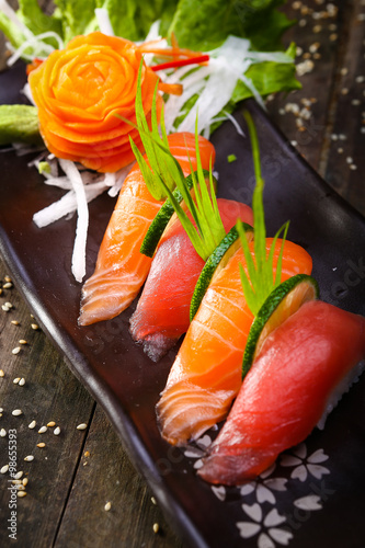Foto  Japanese Salmon, tuna sushi and sauce closeup