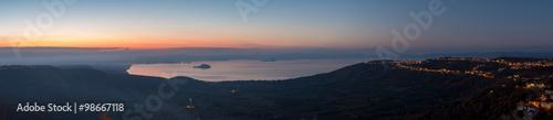 Photo Immagine panoramica del Lago di Bolsena al tramonto