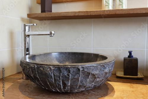 Fotografía  évier vasque de salle de bain en pierre naturelle noire