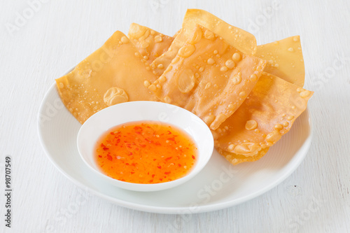 Photo  Delicious  appetizer chinese cuisine deep fried wonton eat with sweet chilli sau
