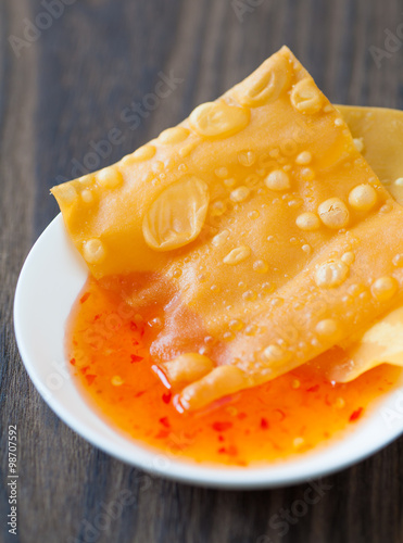 Photo  Delicious  appetiser chinese cuisine deep fried wonton eat with sweet chilli sau