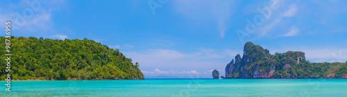 Photo  Beauty beach and limestone rocks in Phi Phi islands