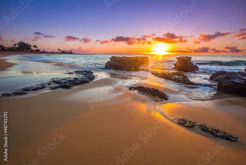 Spoed Foto op Canvas Zonsondergang Sunrise over Sandy's Beach in Honolulu