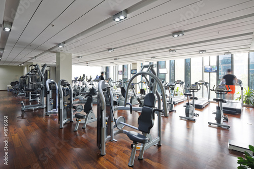 In de dag Fitness apparatus and equipment in modern gym