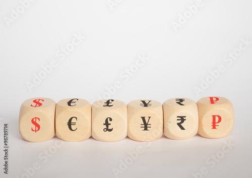 Fotografía  Währungssymbole auf würfel