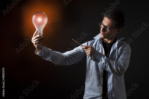 Fotografie, Obraz  Uomo d'affari tiene in mano una lampada accesa