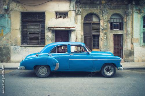 Türaufkleber Autos aus Kuba Vintage car parked in Havana street