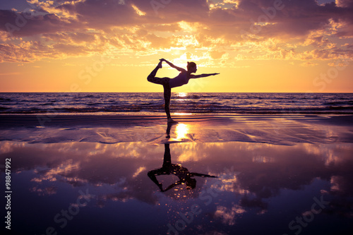 Staande foto School de yoga woman practicing yoga
