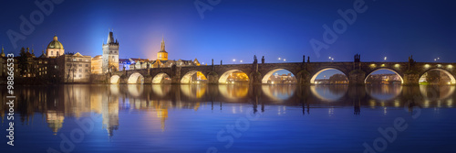 Plakat Widok na Most Karola w Pradze w nocy