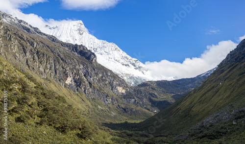 Photo  Snow covered mountain peak and blue sky, Cordillera Blanca, Peru