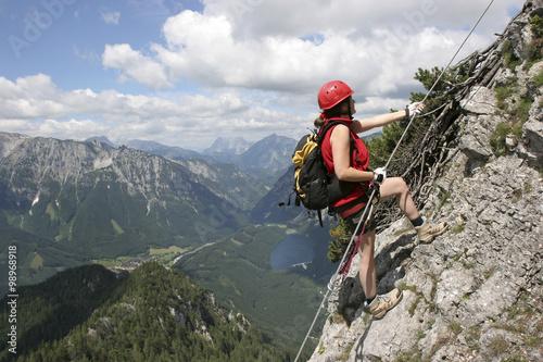 Poster de jardin Alpinisme Frau am Klettersteig in der Steiermark, Österreich