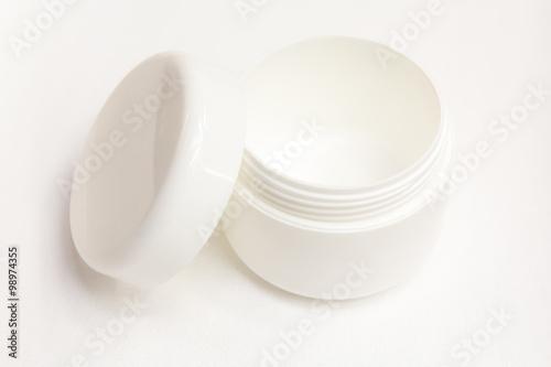 Valokuva  Ein weißes Cremetöpfchen – die reine Hautpflege