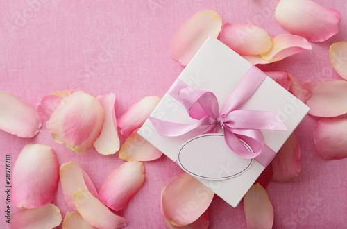 Fototapeta gift box with blank gift tag and pink ribbon bow obraz na płótnie