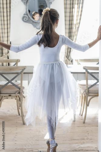 Obraz młoda baletnica w białym stroju  - fototapety do salonu