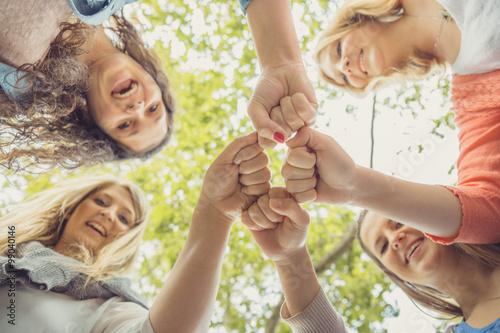 Fotografie, Tablou  Vier junge Frauen schwören sich ein