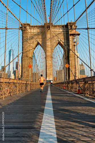 Tuinposter Brooklyn Bridge Jogger running along the Brooklyn Bridge