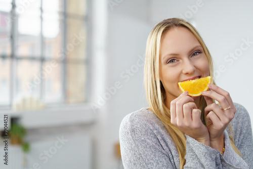 Photo junge frau ernährt sich gesund