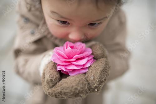 Fotografía  ピ ン ク の 花 の 香 り を 嗅 ぐ 女 の 子