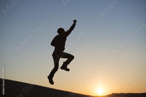 Fotografia  ジャンプする男性のシルエット