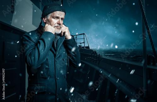 Fotografía  Seemann klappt kragen hoch um sich vor wind zu schützen