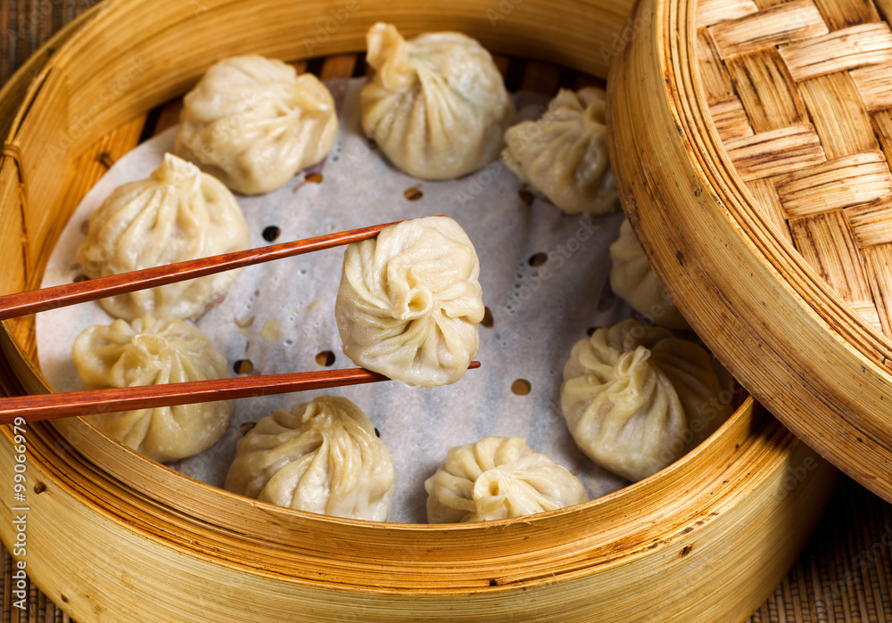 Photo  Freshly steamed Chinese dumplings out of bamboo steamer
