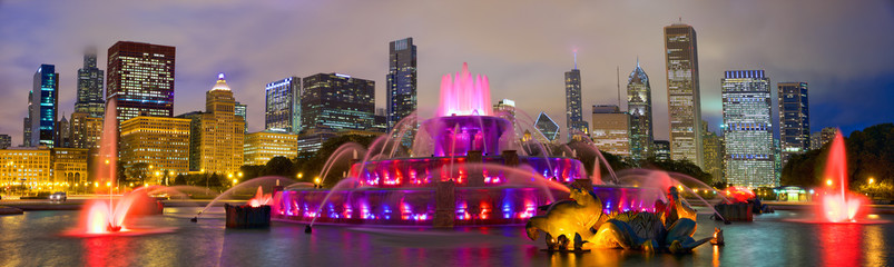 Panel Szklany Panorama Chicago skyline panorama with Buckingham Fountain at night, United States