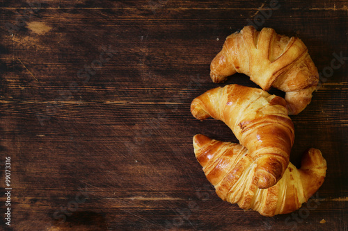 Fotografia traditional croissants with jam for breakfast
