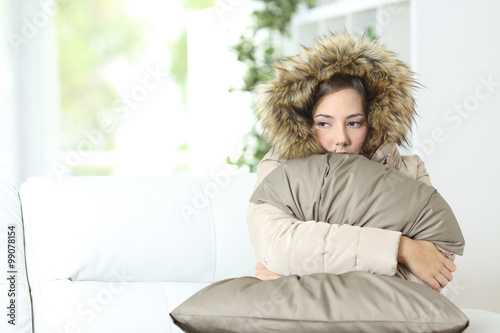 Fotografia, Obraz  Woman warmly clothed in a cold home