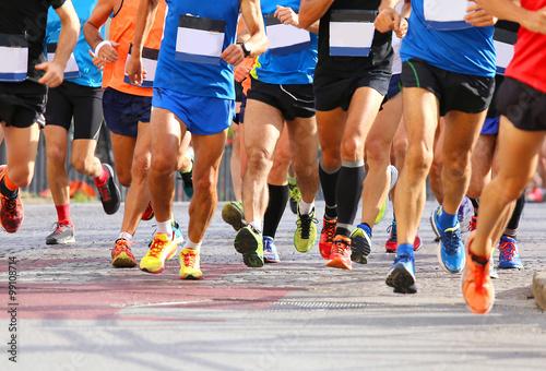 Fotografía  runners while running marathon in the city