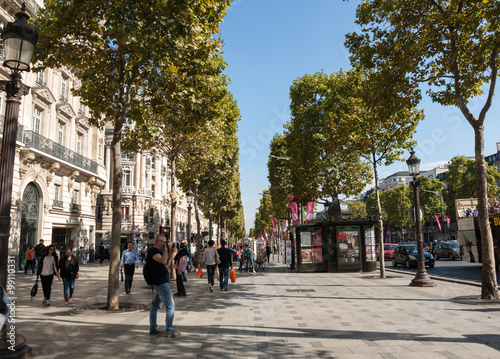 Stampa su Tela The Champs-Elysees the most famous avenue of Paris and is full of stores, cafes and restaurants