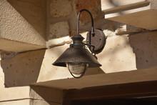 Lámpara De Forja Sobre Una Pu...