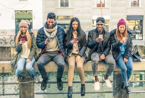 Photo Multiracial group of people with cellphones