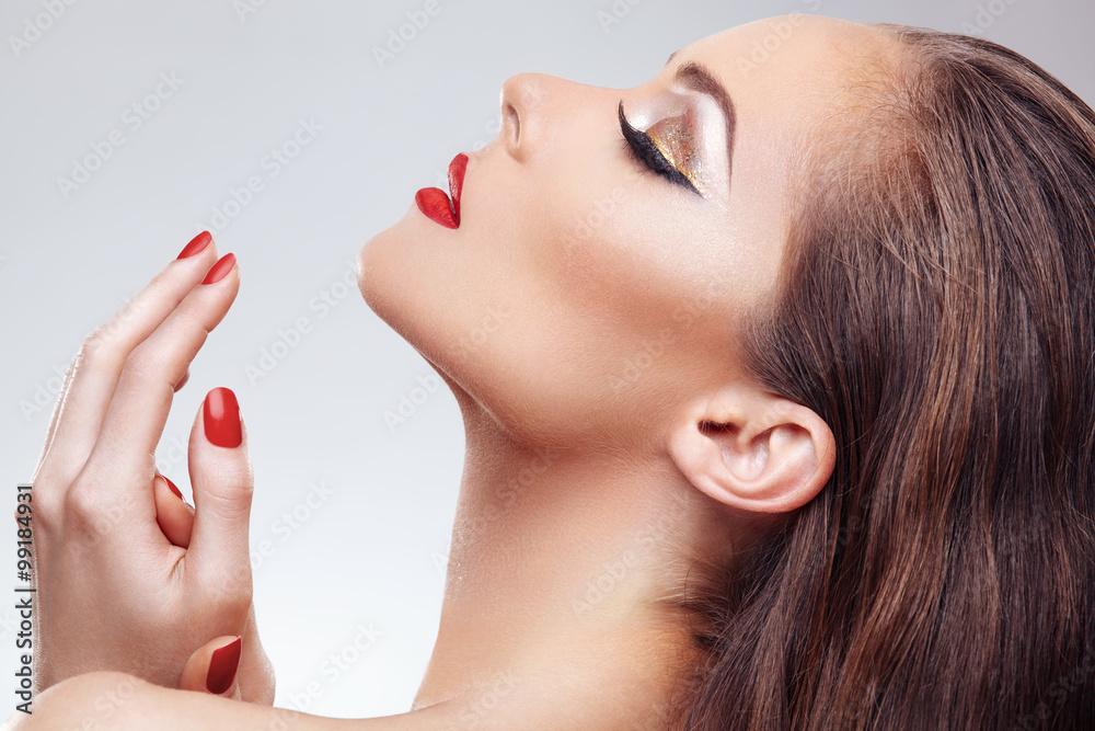 Fotografie, Obraz  Detailní záběr na krásná žena tvář s pěkným make-up a červené nehty