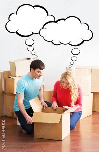 Plakat Młoda para porusza się w nowym domu. Mężczyzna i kobieta odpakowanie fragil
