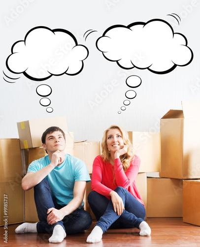 Plakat Młoda para porusza się w nowym domu