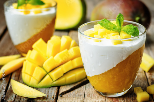 Photo sur Aluminium Dessert mango vanilla whipped cream dessert