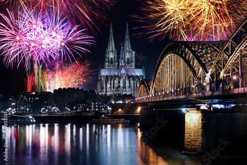 Köln Silvester Feuerwerk Dom Rhein Brücke Neujahr