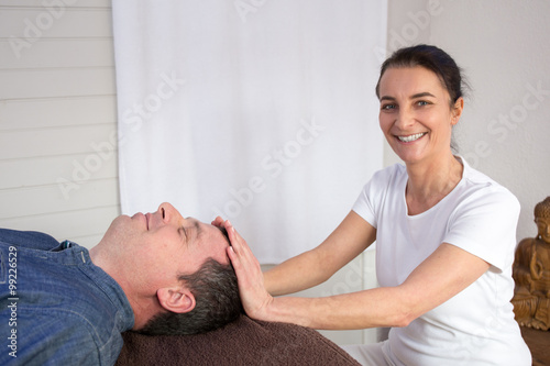 Photo  Therapist working with man in a medical office