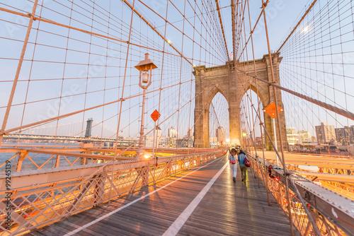 Foto op Canvas Brooklyn Bridge Walking along Brooklyn Bridge at dusk, New York City