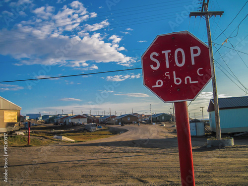 In de dag Poolcirkel stop sign in a small Canadian Arctic community