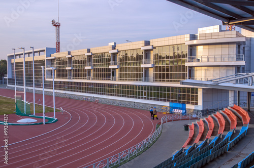 Foto op Plexiglas Stadion Легкоатлетический стадион. Беговые дорожки. Застекленная стена здания.