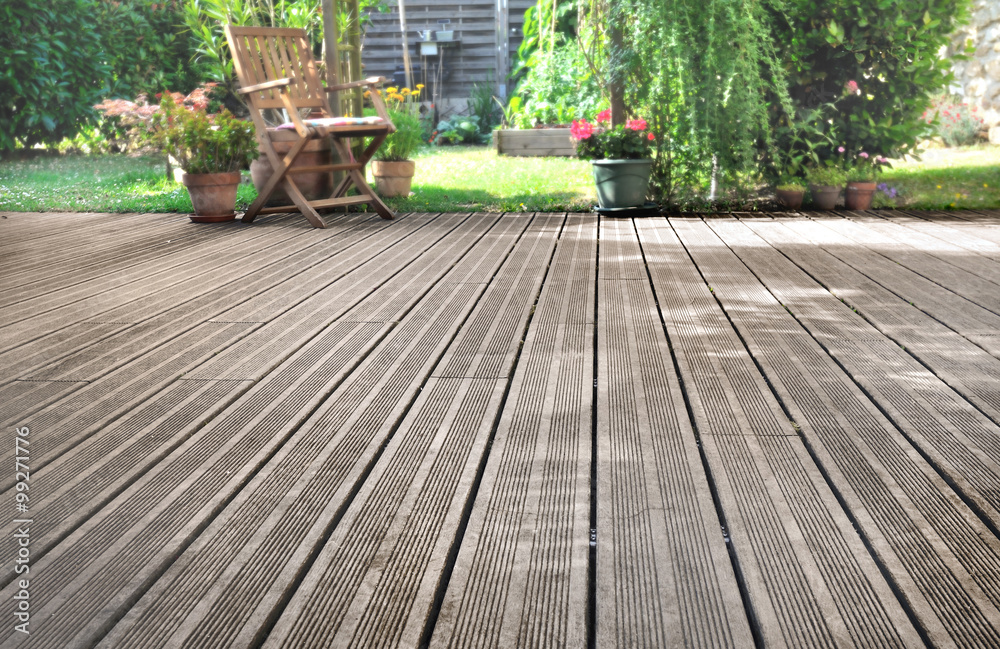Fototapeta terrasse en bois donnant sur jardin
