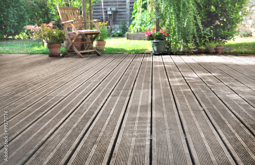 Fototapeta terrasse en bois donnant sur jardin  obraz