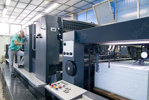 Photo Operatore controlla stampante industriale a 5 colori