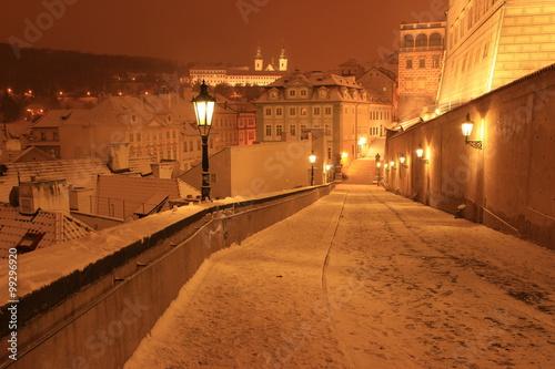 Plakat Śnieżny wieczór w zimie Praga, republika czech.