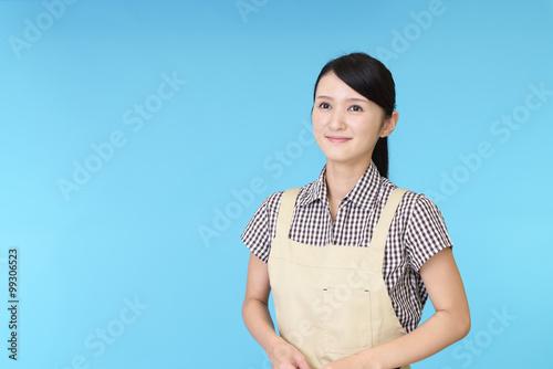 Fotografia  エプロンを着た笑顔の女性