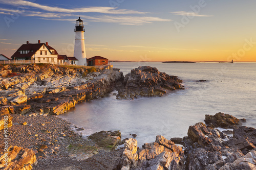 In de dag Vuurtoren Portland Head Lighthouse, Maine, USA at sunrise
